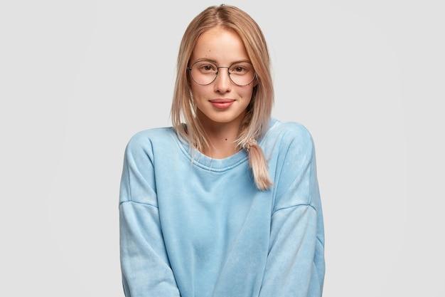 Attraente femmina europea con capelli chiari