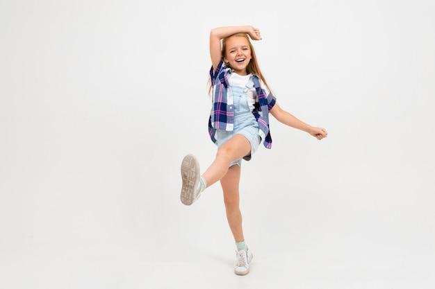 매력적인 유럽 여자는 흰색에 점프