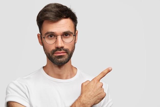 真面目な表情で魅力的なヨーロッパ人、丸いメガネをかけています