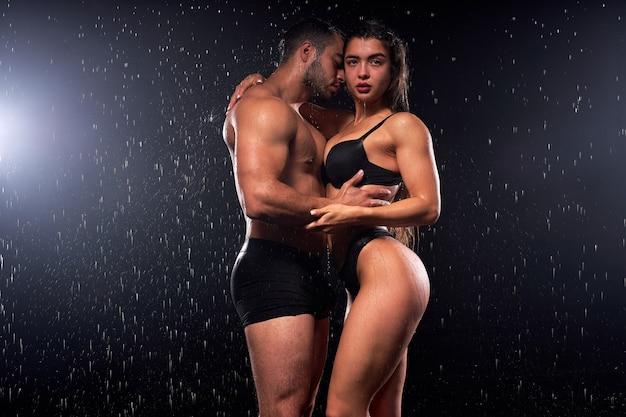 情熱的な瞬間を持って、恋に魅力的なヨーロッパの上半身裸の男と女