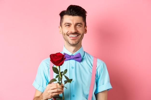 연인 데이트 데이트를 기다리는 매력적인 멋진 남자 프리미엄 사진