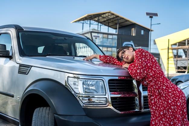 그녀의 오프로드 자동차, 라이프 스타일 근처에 서있는 빨간 여름 드레스와 매력적인 패션 여자