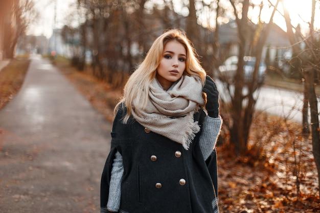 세련된 따뜻한 가을 겉옷에 매력적인 유행 젊은 여자