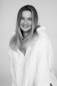 Привлекательная толстая женщина в белой негабаритной рубашке красивая улыбающаяся женщина фото высокого качества