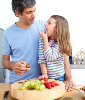매력적인 아버지와 그의 딸 아침 식사