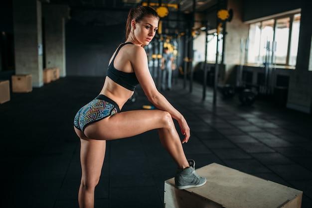 Привлекательная спортсменка позирует в спортзале. активная женщина в фитнес-клубе
