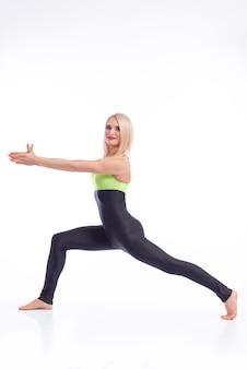 스튜디오에서 운동하는 매력적인 여성 체조 선수