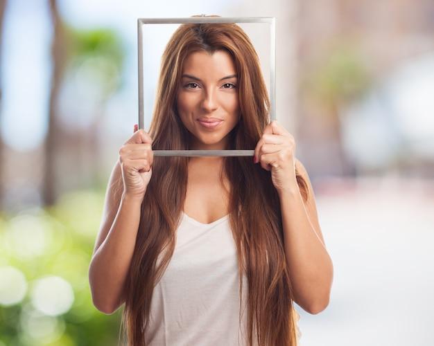 Привлекательная женская модель с серебряной рамкой фото
