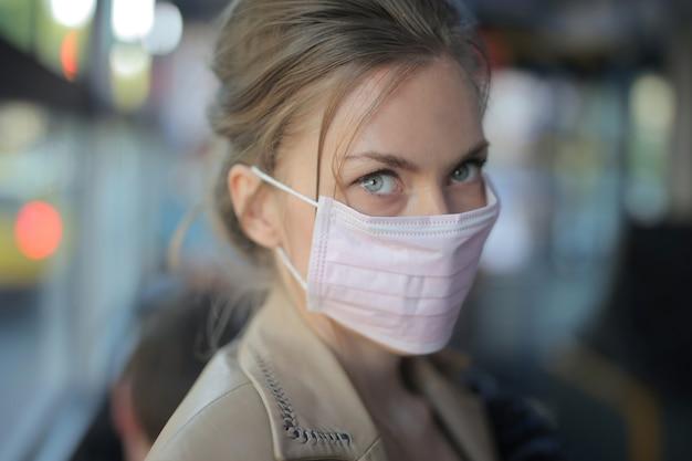 フェイスマスクを身に着けている魅力的な女性