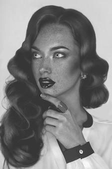 そばかす、黒と白の魅力的な女性