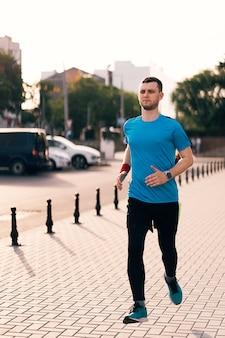 街を走っている魅力的なフィット男