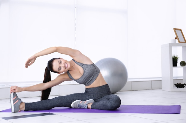 Привлекательная женщина фитнес упражнения дома