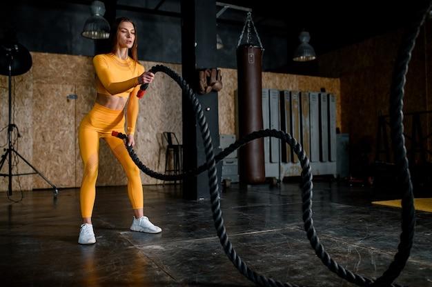 Привлекательная женщина фитнеса, тренированное женское тело, портрет образа жизни, занятия спортом