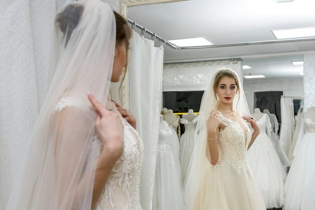 結婚式の店の鏡で魅力的な女の子