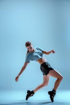 Привлекательная девушка танцует вадим в студии