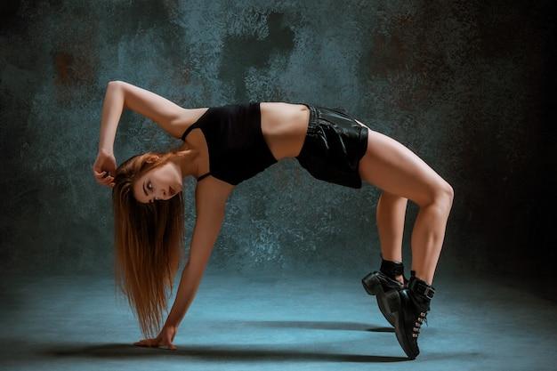 Привлекательная девушка танцует тверк в студии