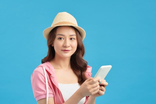 スマートフォンを手に持っている、メールをチェックしている、5gインターネットを使用している、smsを入力している魅力的な女の子