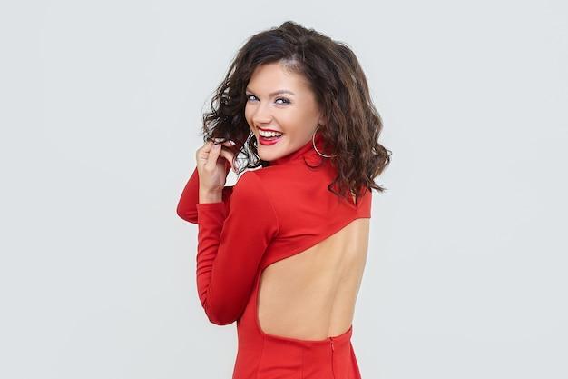 Привлекательная девушка в красном платье.