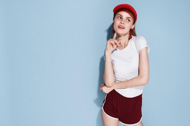 赤い帽子の夏服ファッションポーズで魅力的な女の子