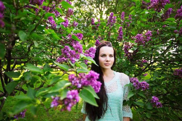 꽃 나무에 대 한 공원에서 매력적인 소녀. 여자의 초상화입니다.