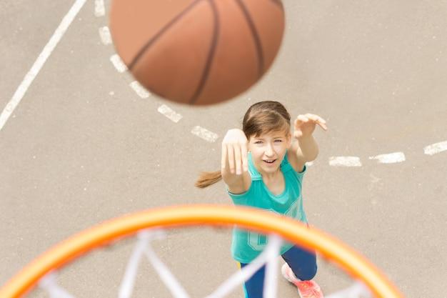 バスケットボールを撮影する魅力的な女の子