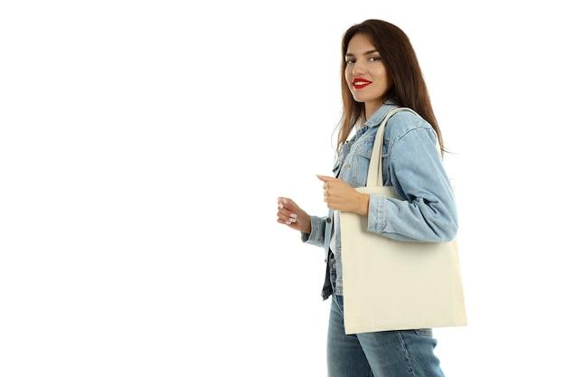 Привлекательная девушка с хлопковой сумкой, изолированной на белом фоне.