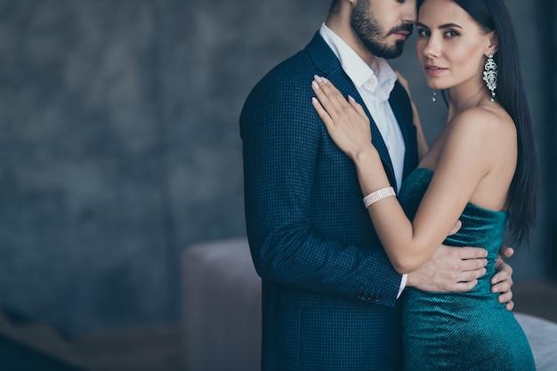 屋内でポーズをとる魅力的な魅力的なカップル