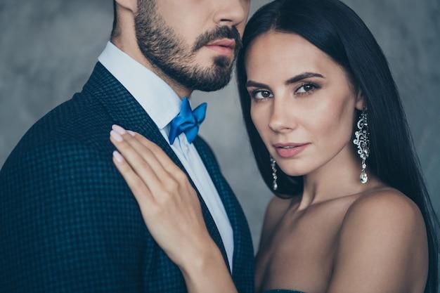 一緒にポーズをとる魅力的な魅力的なカップル