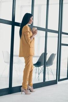 Привлекательная гламурная дама позирует в помещении