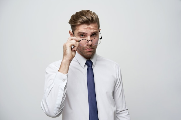 Привлекательный красивый бизнесмен со стильной стрижкой