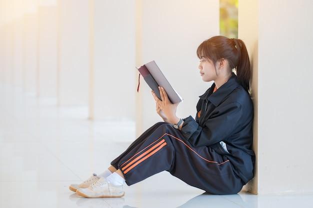 Привлекательный счастливый азиатских молодая девушка любит поиск