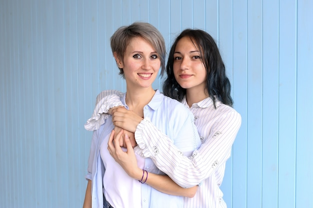 Привлекательная счастливая пара молодой женщины в день святого валентина