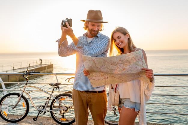 자전거, 남자와 금발 머리 Boho 힙 스터 스타일 패션 함께 재미와 함께 여름에 여행하는 매력적인 행복한 커플, 카메라에 사진을 찍고지도 관광에서 찾고 무료 사진