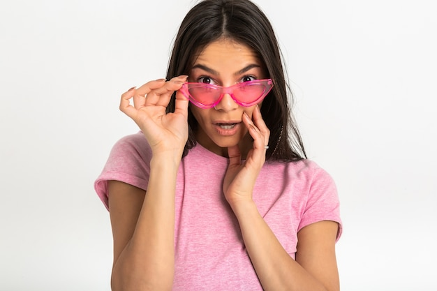 핑크 티셔츠 고립 된 팔에 매력적인 행복 재미 놀란 감정 여자 앞으로 놀란 얼굴의 충격 식