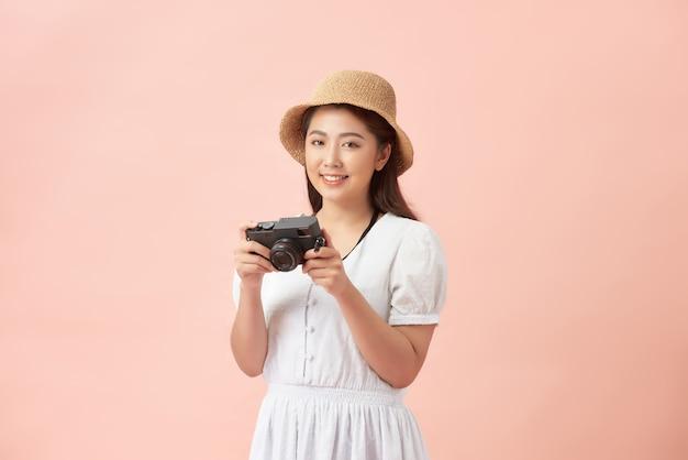 매력적인 행복 미소 젊은 성인 아시아 여자 여행자 사진 여행을 위해 카메라를 사용하여 밀짚 모자를 착용