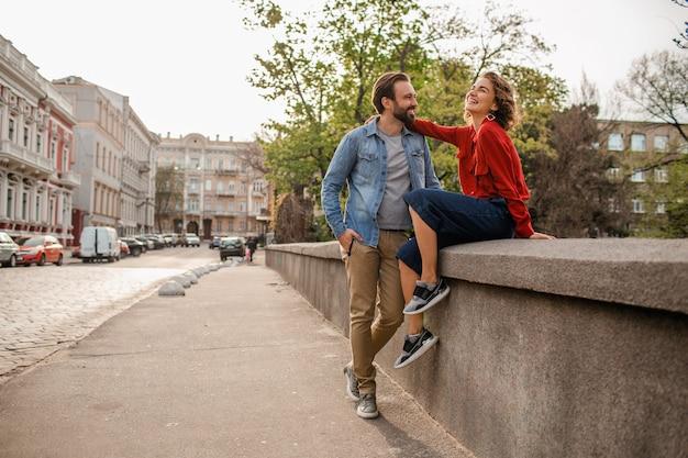 一緒に旅行する魅力的な幸せな笑顔の男性と女性