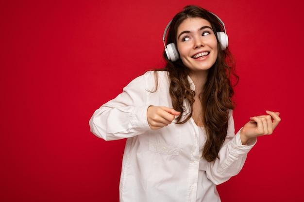 흰 셔츠와 광학 안경을 쓰고 매력적인 행복 웃는 젊은 갈색 머리 여자 사람