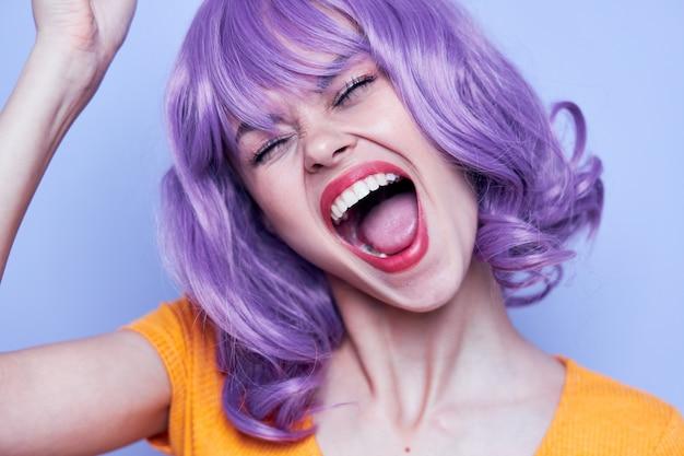 Привлекательная счастливая женщина с фиолетовым париком