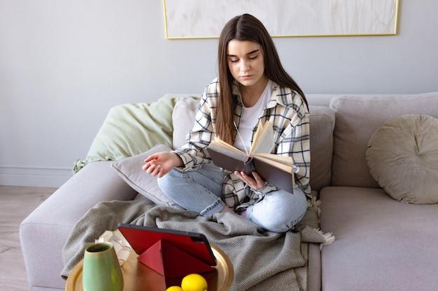 本を読んで魅力的な幸せな若い女子大生