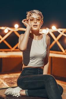 眼鏡の魅力的な内気な少女