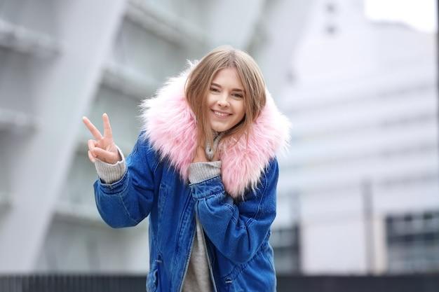 따뜻한 자 켓 야외에서 매력적인 hipster 소녀