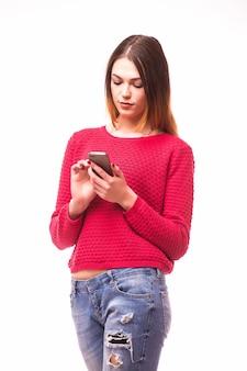 안경을 쓰고 문자 메시지를 위해 그녀의 스마트 폰을 사용하는 매력적인 힙 스터 소녀