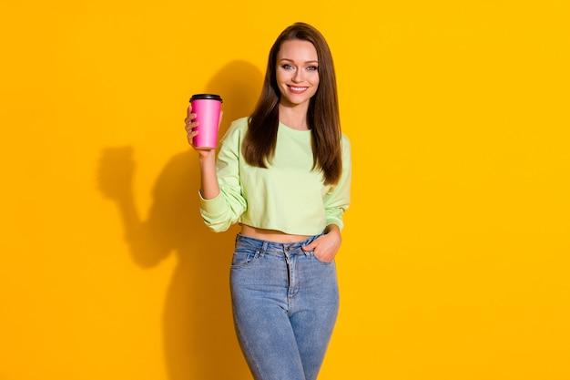 Привлекательная дама пить кофе на вынос напиток
