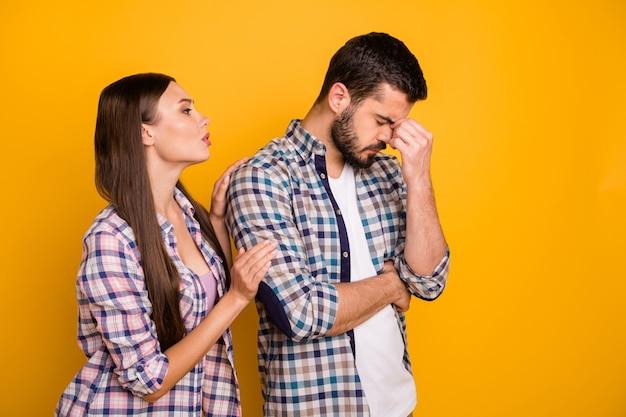 Привлекательная леди красивый парень пара подруга просить прощения