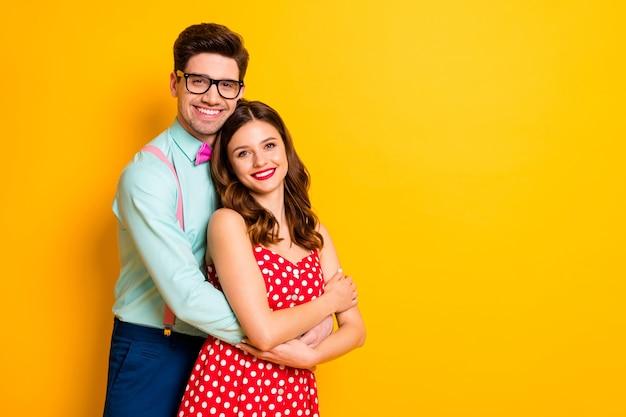 Привлекательная леди красивый парень пара обниматься