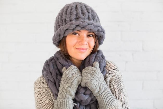 Signora attraente in guanti, cappello e sciarpa