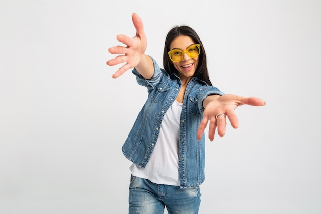 Attraente donna emotiva ridendo braccia aperte alla telecamera isolata su bianco
