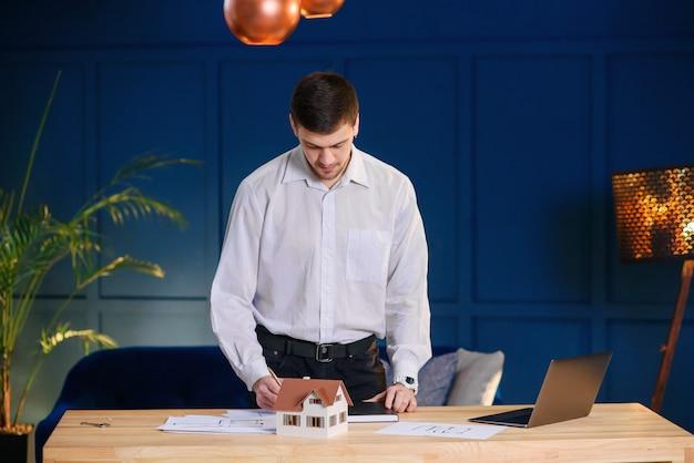 매력적인 남성 디자이너, 건축가 사무실에서 일하고.