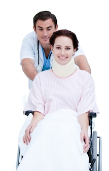 휠체어에 환자를 들고 매력적인 남성 의사
