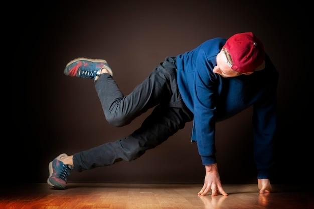 매력적인 남성 스트리트 댄서는 브레이크 댄스 풋워크 b를 수행합니다.